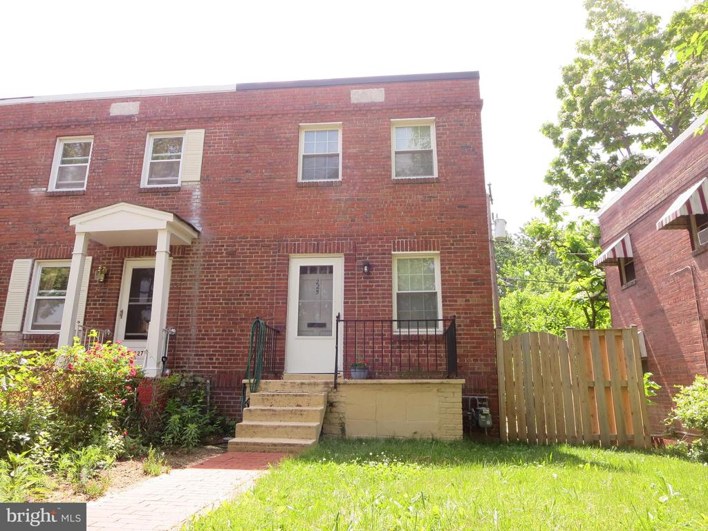 This 3 level, 2 bedroom, 1 bath end unit townhouse is located steps to King Street Metro and all of Old Town Alexandria attractions! Features include hardwood floors, separate dining room, lower level rec. room, washer and dryer, central air conditioning, brick patio and privacy fencing in rear! Available NOW!