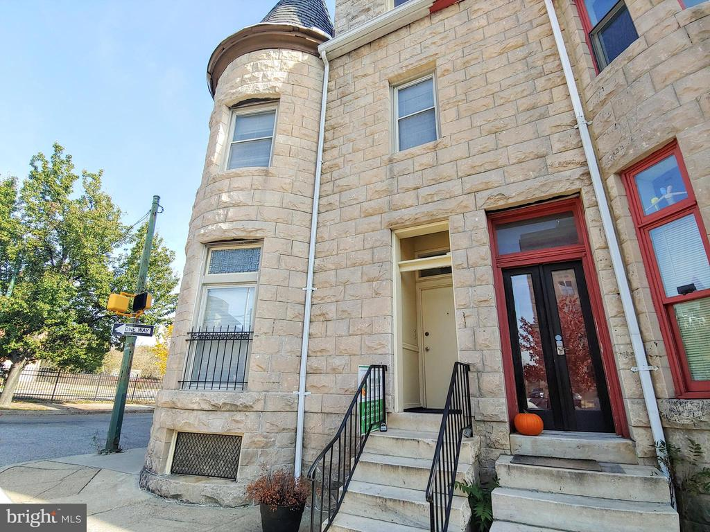 2 bed/1 bath beautiful building just minutes to downtown Baltimore and access to everything! Freshly painted, top floor, lots of natural light. Do not miss this opportunity.  Browse through the pictures and apply today.