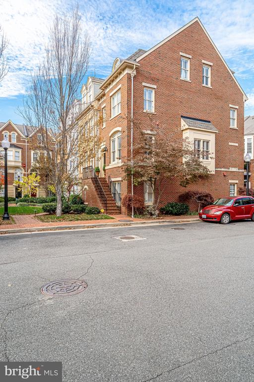 Sought after SE quad of Old Town Alexandria in the waterfront community of Ford's Landing.  This sunny, 3 bedroom 3.5 bathroom end unit townhome offers an open floor plan and a two car garage.   Enter into the home from a grassy courtyard.   Steps to King Street and the water, this home has it all!  Enter into the home on the main living level.