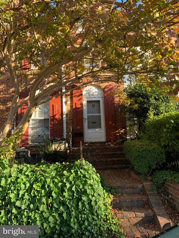 Old Town Alexandria - Charming Baby Yates in Yates Gardens! 2BR 2BA w/finished lower level family room/possible use as 3rd BR. Neutral paint throughout, hardwood floors on the main & upper level. White kitchen appliances w/butcher block counter tops. A quaint backyard w/ slate patio & landscaping. Easy street parking in front of the house. Great location near elementary school, shopping, restaurants, bus stops to Metro. Riverfront, bike trail and parks nearby.