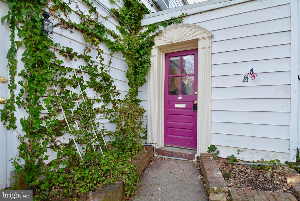 1900's Old Town Home in Historic Parker Gray Neighborhood. 926 Square Feet Freshly Painted Top to Bottom, 2 Level, 2 bed, 2 Full Bath Pet Friendly House with Fenced Yard. 2 Blocks to King St. Dining & Shopping. Conveniently Located to Both King and Braddock Metros. 96 Walk Score. Application fee $55 per adult