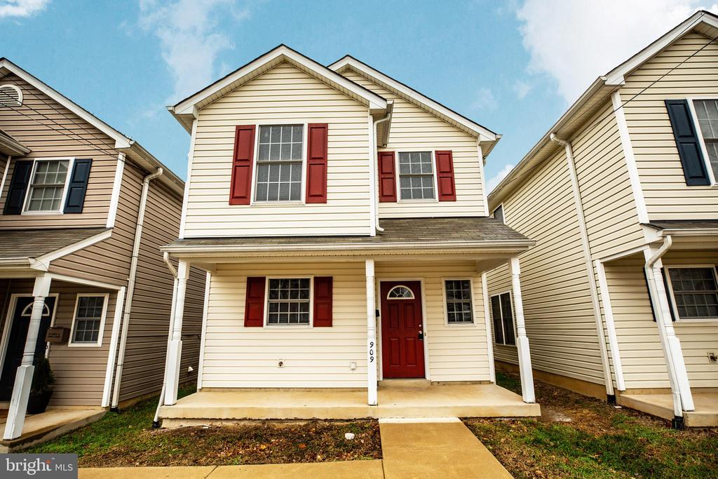 MOVE-IN READY TWO STORY COLONIAL WITH GREAT CURB APPEAL. CONCRETE DRIVEWAY FOR OFF-STREET PARKING. FULL LENGTH FRONT PORCH PERFECT FOR ROCKING CHAIRS. OPEN CONCEPT FLOOR PLAN WITH KITCHEN OPEN TO THE DINING AND FAMILY ROOM. CONCRETE PATIO IN THE BACKYARD PERFECT FOR ENTERTAINING.