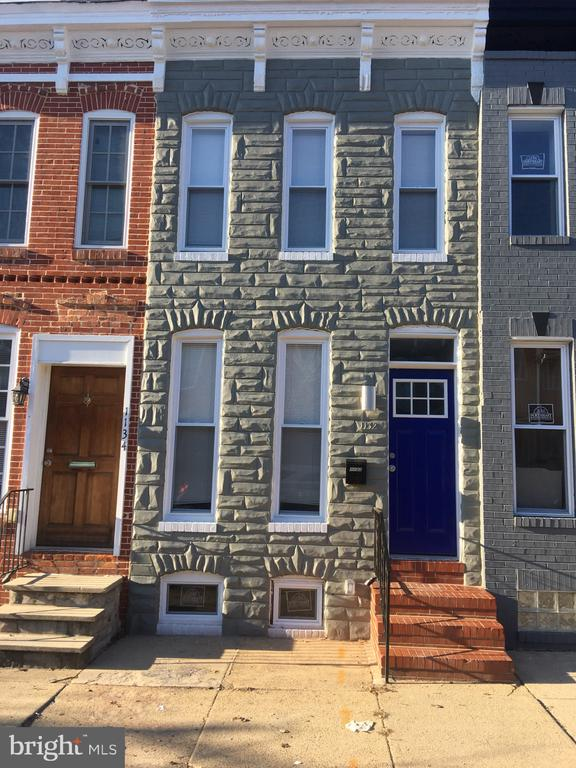 Renovated Rowhome in Washington Village/Pigtown! 2BR/2.5BA open floor plan with exposed brick and hardwood floors throughout. Updated kitchen w/ stainless steel appliances and granite countertops.  2 spacious bedrooms with master suite. Conveniently located to 95, University of Baltimore, Inner Harbor, Camden Yards, and food markets!Section 8 Welcomed