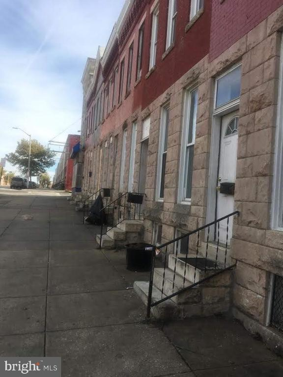 Spacious 2 Level 3 Bedroom 1 Full Bath in the City. Nice Fence in Yard. Convenient Located to Public Transportation, Shopping, and Laundry.