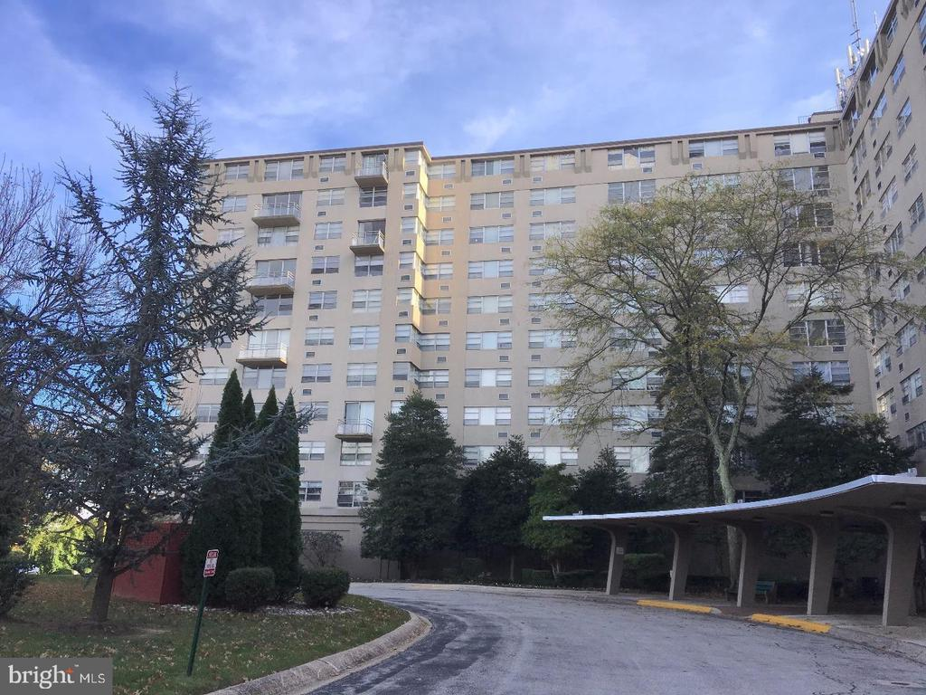 Clean 2 bedroom Unit in that popular Radnor House Condominium. Radnor House Floor 2 where Unit 223 is located is actually the 3rd floor-This Building has a Lobby Floor and then 1st Fl, 2nd Fl, and so forth... Floor 1 and 2 are pet friendly floors. This unit overlooks Community Pool. Easy to show-Vacant