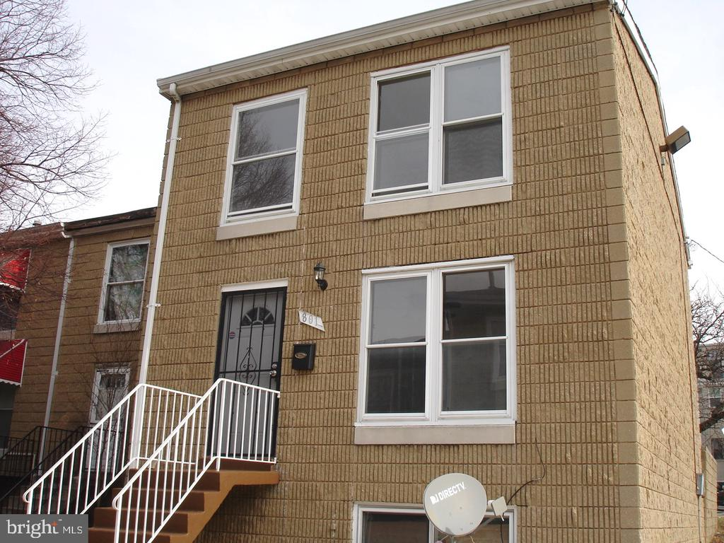IDEAL FOR JOHNS HOPKINS STUDENTS, FACULTY....CLEAN AND READY...NEW REFRIGERATOR, NEW GAS STOVE, WATER HEATER 2017, FURNACE 2010,3 BEDROOMS, 2 FULL AND 1 HALF BATH, HARDWOOD FLOORS THROUGHOUT MAIN, 4 CEILING FANS.EASY TO SHOW AND SELL!