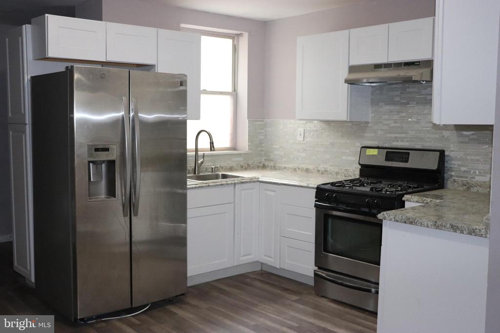 RESERVOIR HILL APARTMENT WITH 3 BEDROOMS AND 2 FULL BATHS!  EVERYTHING'S UPDATED... CARPET, FRESH PAINT, FIXTURES, APPLIANCES! SAFE AND SECURE WITH ONSITE PARKING. WALK TO DRUID HILL PARK TO EXERCISE AND PLAY MINUTES FROM TO MICA. EASY ACCESS TO I-83 AND ALL THAT DOWNTOWN BALTIMORE HAS TO OFFER.