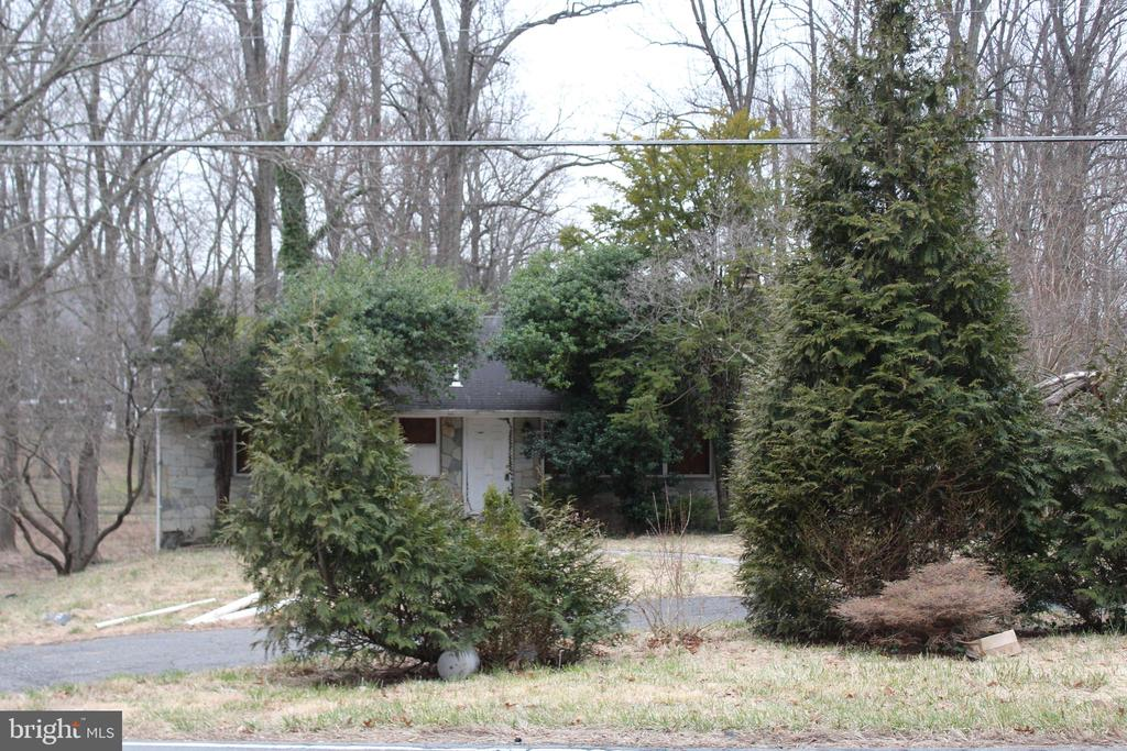 Tear down or renovate -- it's up to you! This fabulously located .64 acre lot is within walking distance to Wolf Trap and Meadowlark Park (less than one mile),